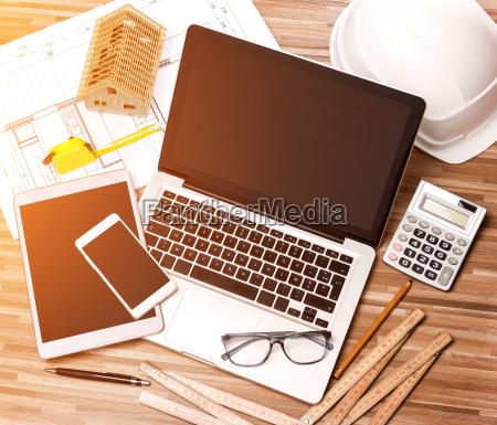 holzarchitekturschalter in high definition mit laptop