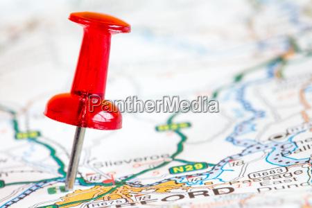 roter pin auf einer touristenkarte