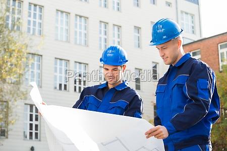 architekten analysieren von blueprint zusammen