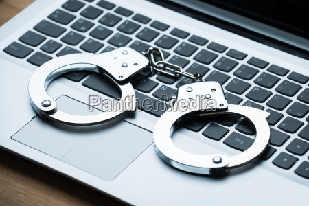 handschellen auf laptop