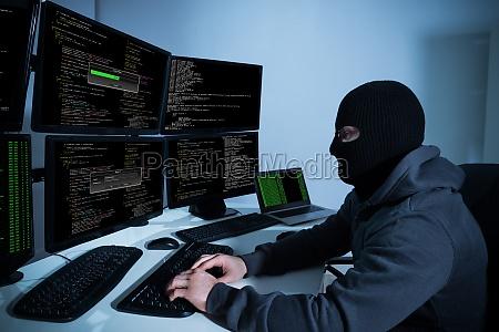 hacker unter verwendung der computer mit