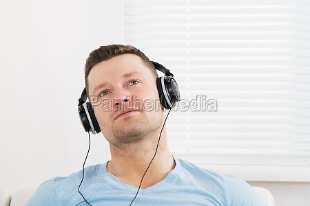 durchdachter mann hoeren von musik ueber