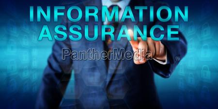 manager pressing informationsversicherung onscreen