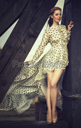 attraktive rothaarige frau im eleganten kleid
