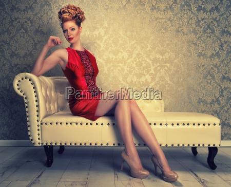 elegante rothaarige frau auf den sofa