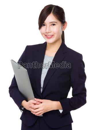 geschaeftsfrau halten mit laptop computer
