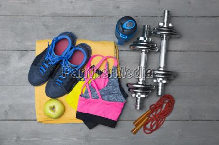 draufsicht auf bunten fitnessgeraete auf holzboden