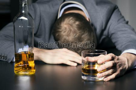 alkoholsucht betrunken geschaeftsmann mit einem