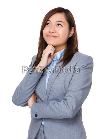 asiatische junge geschaeftsfrau denken an idee