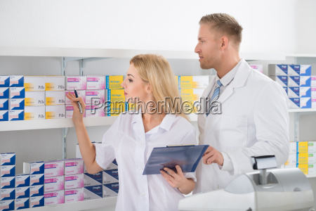 pharmacists ueberpruefung inventar in apotheke