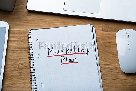 marketing plan geschrieben auf notizblock am