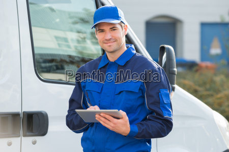 delivery man laecheln tablet pc mit