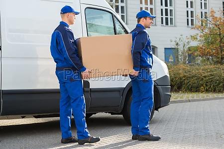 lieferung maenner mit karton per lkw