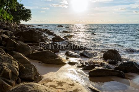sonnenuntergang am strand in thailand