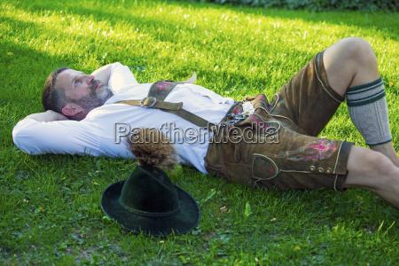 bayerische mann auf dem rasen lag
