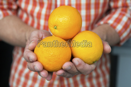 hand voll orangen