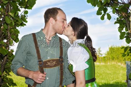bayerisches, paar, küssen, einander - 15945565