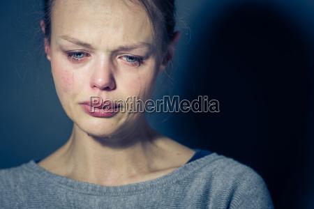junge frau mit schweren depression