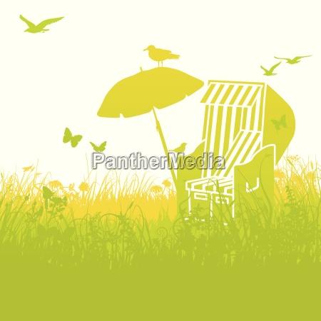 strandkorb im gras und sommerurlaub