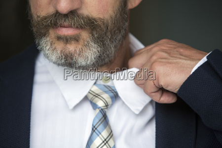 nahaufnahme des menschen lockert sein hemd