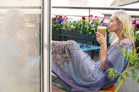 blonde frau auf dem balkon mit