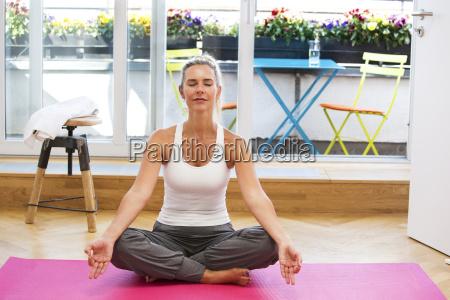 blonde frau die yoga tut