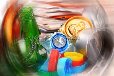 recyclingfaehiger muell aus glas kunststoff metall
