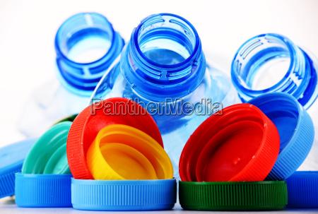 zusammensetzung mit plastikflaschen und verschluessen