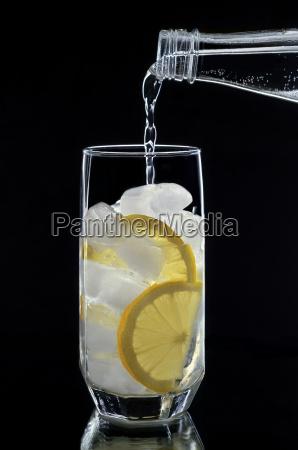soft drink in einem glas auf