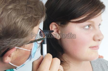 ohrenarzt untersucht ein kind