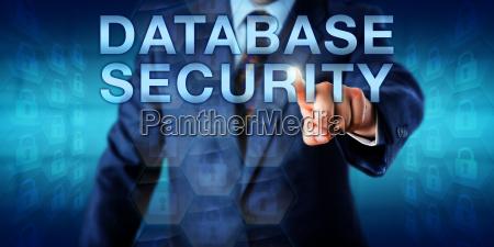librarian pushing datenbank sicherheit onscreen