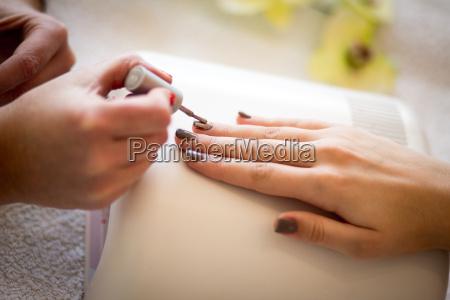 frau bei nagelpflege