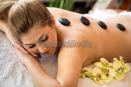 frau bei hot stone massage