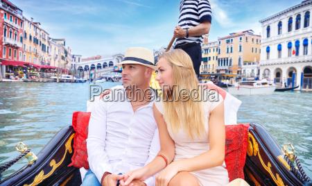 glueckliches paar nach italien