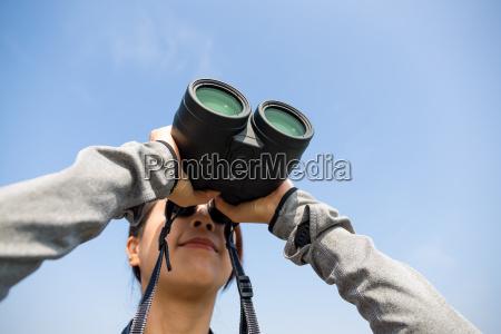 frau obwohl teleskop beobachten