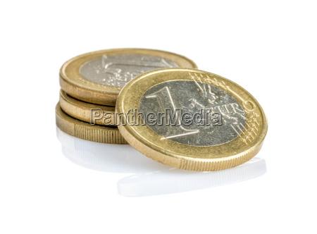 euromuenzen auf einem weissen hintergrund