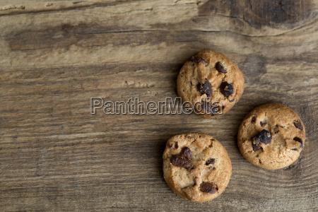 brown cookies auf holzuntergrund