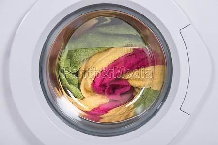 waschmaschine voller kleidung