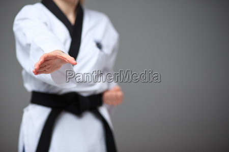 das karate maedchen mit schwarzem guertel