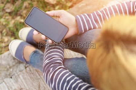 hipster weibliche holding smartphone moderne technik