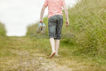 person im gestreiften hemd barfuss auf