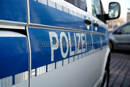 geparktes polizeiauto in der innenstadt von