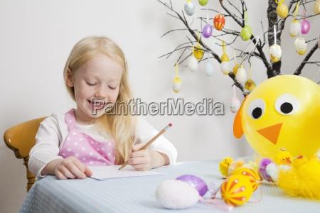 ein maedchen an einem tisch sitzen