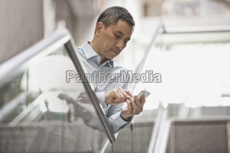 ein mann der sein smartphone in