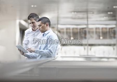 zwei maenner geschaeftskollegen mit blick auf
