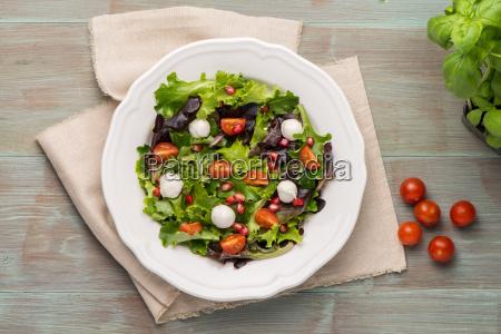 gruener salat auf teller