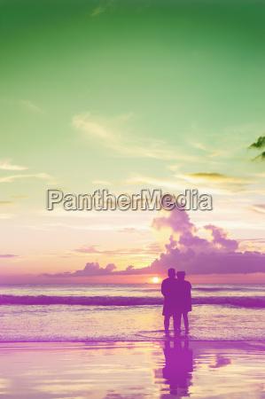 liebhaber am strand entspannen in der