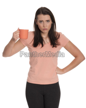 junge frau haelt eine kaffeetasse und