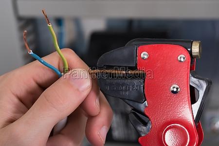elektriker haende strippen elektrische leitungen
