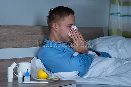 man infiziert mit kaelte liegt auf
